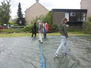 Deelnemers aan de opleiding tot loopbaancoach lopen het labyrinth.
